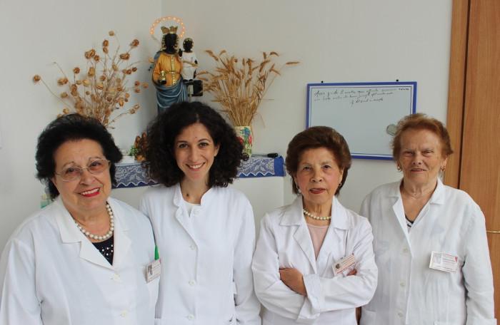 infermiere dell'Ambulatorio Infermieristico Sardo con al centro la dott.ssa Francesca Muzio